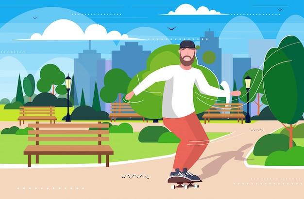 Ragazzo skater eseguendo acrobazie nel parco pubblico skateboard