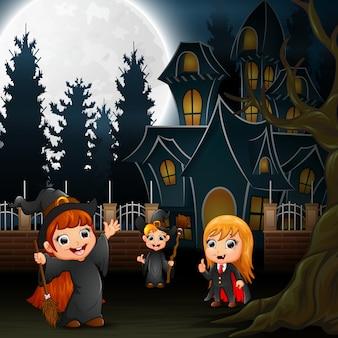 Bambini di halloween con casa spaventosa