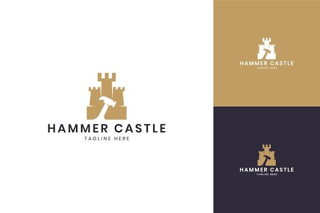 Design del logo dello spazio negativo del castello del martello