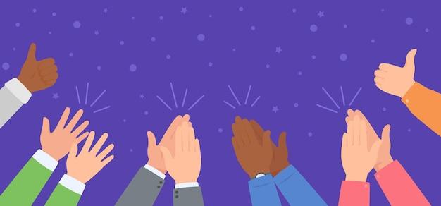 Battere le mani squadra diversificata che celebra il successo la gente applaude e dà il pollice in su concetto vettoriale