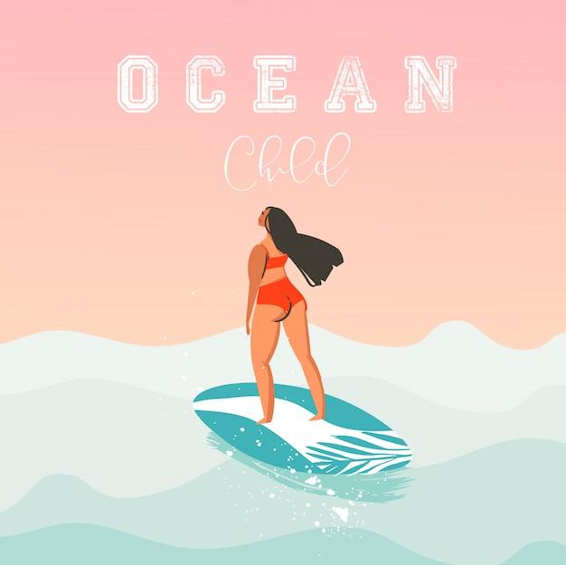 Illustrazione della ragazza del surfista della spiaggia di ora legale sveglia astratta disegnata a mano con il bikini rosso, il surf e la calligrafia moderna citano il bambino dell'oceano isolato sul fondo del tramonto. Vettore Premium