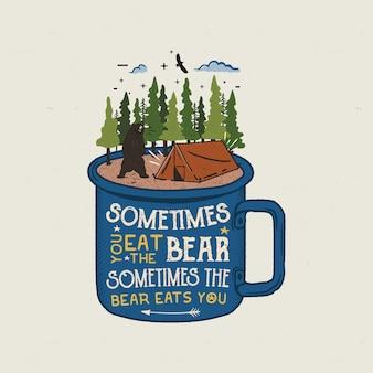 Logo di avventura disegnato a mano con tazza, tenda da campo, foresta di pini.