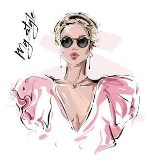 Bella giovane donna disegnata a mano in occhiali da sole. ragazza alla moda. look da donna alla moda.