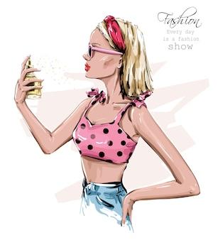 Bella giovane donna disegnata a mano in occhiali da sole. ragazza alla moda con la bottiglia di profumo in mano. look da donna alla moda.