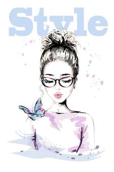 Bella giovane donna disegnata a mano con farfalla colorata