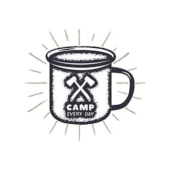 Forma di tazza da campeggio disegnata a mano, etichetta a raggi di sole con citazione motivazionale - camp ogni giorno. distintivo per attività all'aperto. stampa della natura selvaggia. illustrazione dell'annata di vettore di riserva.