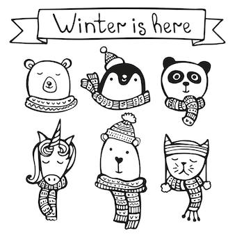 Cartolina d'auguri di natale disegnata a mano con animali in cappelli e sciarpe, orsi, panda, pinguino, unicorno, gatto.