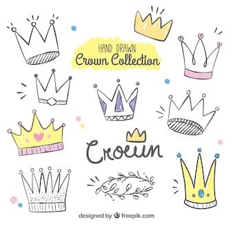 Collezione disegnata a mano di corone divertenti