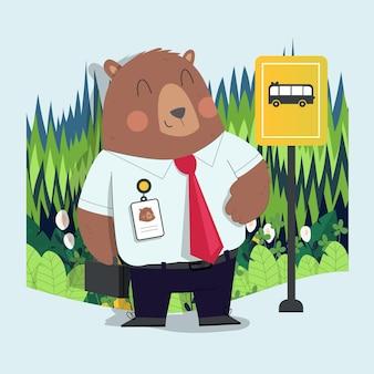 Il simpatico orsetto disegnato a mano va al lavoro aspettando l'autobus con lo sfondo della foresta
