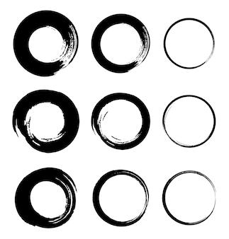 Set di cornici circolari grunge disegnate a mano tondi di pennellate nere schizzo cerchi scarabocchi vector