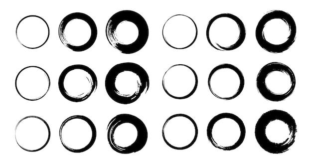 Set di cornici circolari grunge disegnate a mano tondi di pennellate nere schizzo scarabocchiare elementi circolari