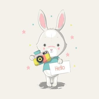 Illustrazione disegnata a mano di un coniglietto bambino carino con fotocamera.