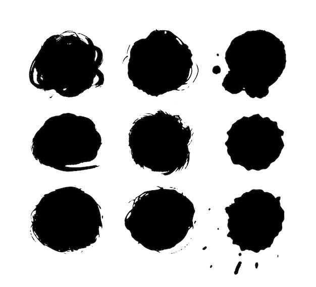 Pennellate di inchiostro disegnato a mano, set di macchie di vernice nera. elemento di disegno di cerchi di vernice grunge.