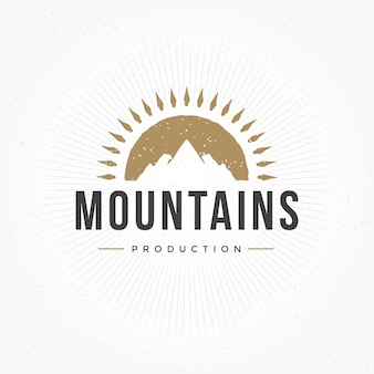 Disegnato a mano montagna logo stile vintage per badge o etichetta