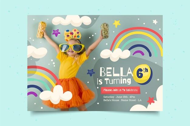 Invito di compleanno arcobaleno disegnato a mano con foto