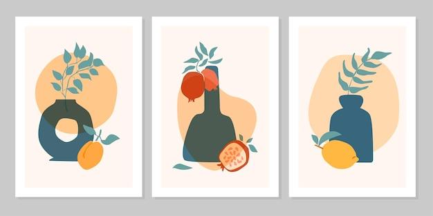 Poster boho astratto set disegnato a mano con foglia tropicale, vaso di colore, frutti isolati su sfondo beige. illustrazione piana di vettore. design per motivo, logo, poster, invito, biglietto di auguri