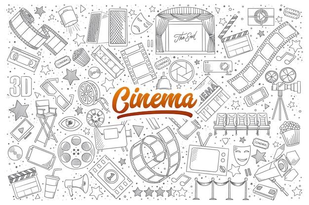 Insieme disegnato a mano di scarabocchi di cinema con scritte arancioni Vettore Premium