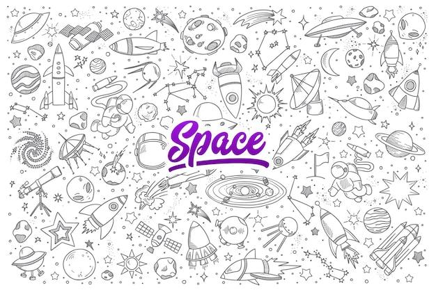 Insieme disegnato a mano di oggetti spaziali scarabocchi con scritte
