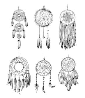 Insieme di schizzo disegnato a mano di amuleti dell'acchiappasogni su sfondo bianco.