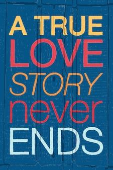 Poster tipografico disegnato a mano citazione romantica una vera storia d'amore non finisce mai su legno strutturato colorato