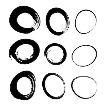 Insieme di tratti di pennello cerchio acquerello disegnato a mano ellisse di scarabocchio di gesso grunge