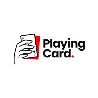 Tenere in mano il modello del logo del gioco del poker con carte da gioco