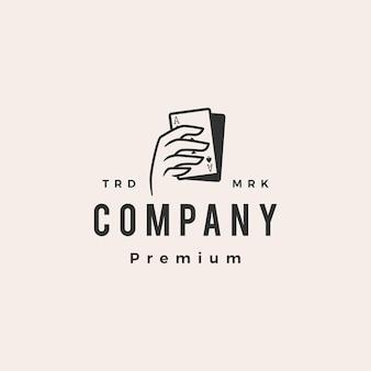 Tenere in mano il logo vintage della carta da gioco del poker hipster