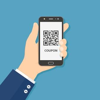 Tenere in mano smart phone con codice qr coupon sullo schermo