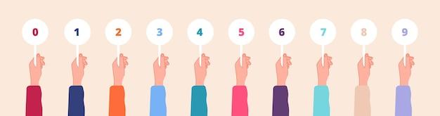 Carte della holding della mano. segni dei giudici, segnapunti a colori nelle mani. punteggi o feedback della competizione, tabelle dei numeri del concorso di gioco. insieme di vettore di voto. numero di punteggio che tiene e mostra per l'illustrazione del voto