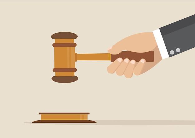 Martelletto dei giudici della holding della mano.