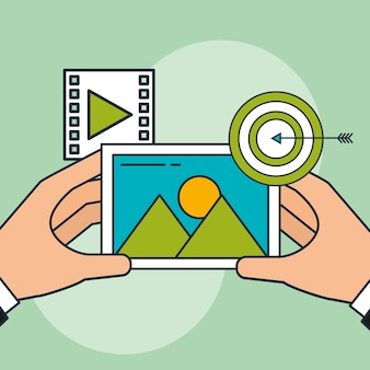 Mano che tiene il marketing digitale di foto e video di destinazione