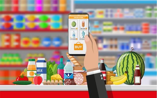 Smartphone della tenuta della mano con l'app di acquisto
