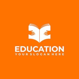 Tenere a mano il libro, logo per l'istruzione Vettore Premium
