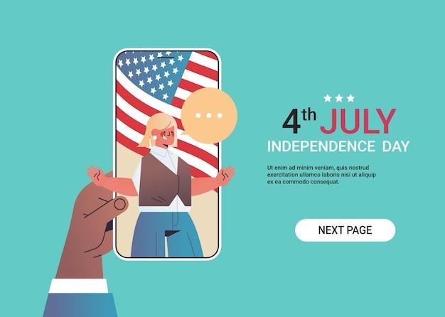 Mano utilizzando lo smartphone in chat con la ragazza durante la videochiamata che celebra il giorno dell'indipendenza americana, banner orizzontale del 4 luglio