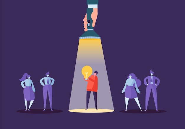 Mano con torcia che punta al carattere dell'uomo d'affari con la lampadina. reclutamento, concetto di leadership, risorse umane, idea creativa.