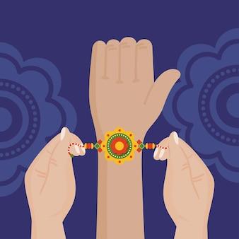 Mano con braccialetto raksha bandhan su sfondo blu