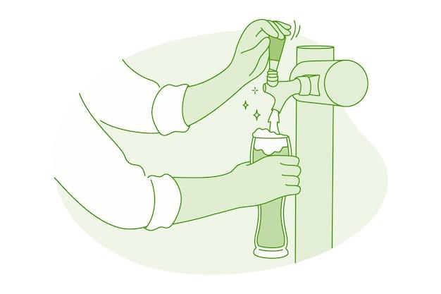 Mani del barista barista versando birra schiumosa fresca dal rubinetto al bicchiere
