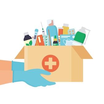Mani in guanti monouso con scatola di cartone aperta con medicinali, farmaci, pillole e bottiglie all'interno. servizio di farmacia a domicilio.