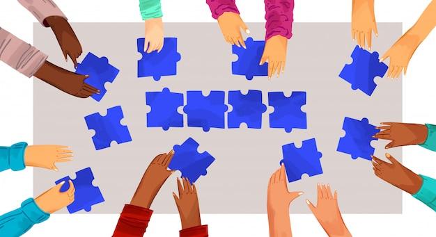 Mani di diverse persone con l'illustrazione di puzzle. risolvere i problemi con il team, prendere decisioni. le mani che assemblano il puzzle, la squadra africana e caucasica uniscono i pezzi