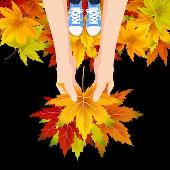 Le mani tengono le foglie colorate d'autunno autunno bouquet luminoso, floreale. ciao lettering autunnale