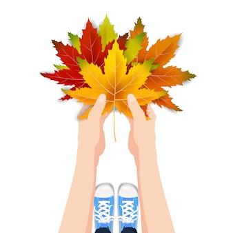 Le mani tengono le foglie colorate d'autunno autunno bouquet luminoso, floreale
