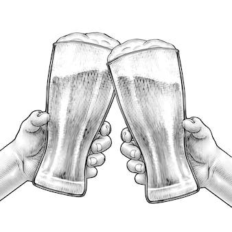 Mani che tengono bicchieri di birra e tifo a vicenda in stile inciso