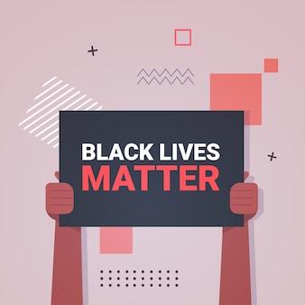 Mani in possesso di vite nere contano la campagna di sensibilizzazione contro la discriminazione razziale del colore della pelle scura