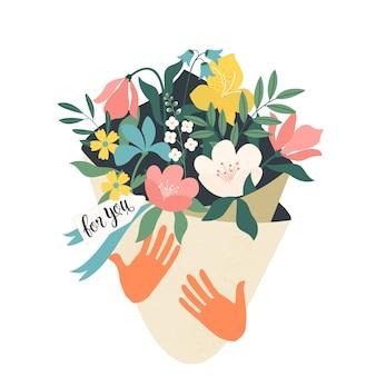 Mani che tengono il mazzo di fiori con una nota per te.