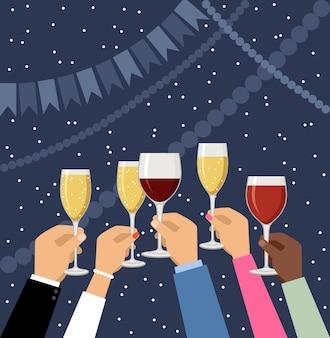 Mani che tengono champagne e bicchieri di vino, celebrando