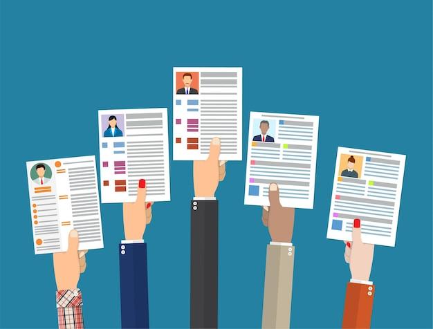 Mani che tengono i documenti del curriculum cv.