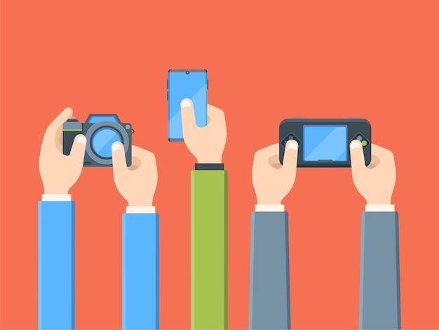 Mani con dispositivi digitali piatti. fotocamera, smartphone, gioco portatile. persone con l'elettronica. intrattenimento, tecnologia mobile.