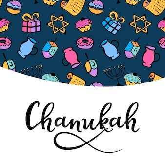Biglietto di auguri di hanukkah in stile scarabocchio. attributi tradizionali della menorah, dreidel, olio, torah, ciambella. scritte a mano. Vettore Premium