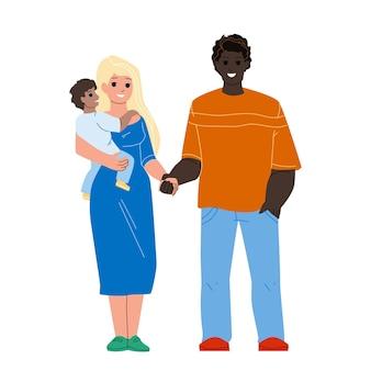 Felicità famiglia mista in piedi insieme vettore. marito africano dell'uomo, moglie e figlio caucasici della donna, famiglia multirazziale felice personaggi padre, madre e figlio bambino piatto fumetto illustrazione