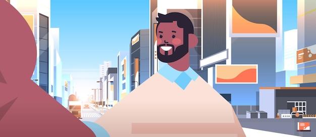 Felice uomo afroamericano prendendo selfie sulla fotocamera dello smartphone ragazzo rendendo auto foto paesaggio urbano di sfondo ritratto orizzontale illustrazione vettoriale